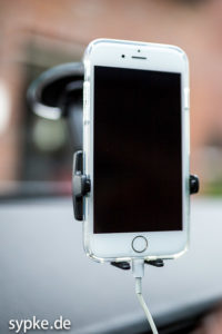 Das iPhone 6 inkl Schutzhülle wird in der Wicked Chili Kfz Halterung sicher gehalten