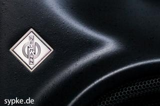 Das Neumann Logo leuchtet nicht nur schön, sondern informiert auch über den Betriebszustand